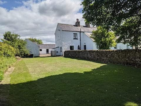 Old Hall Cottage, Penton, Sleeps 4, dogs welcome.
