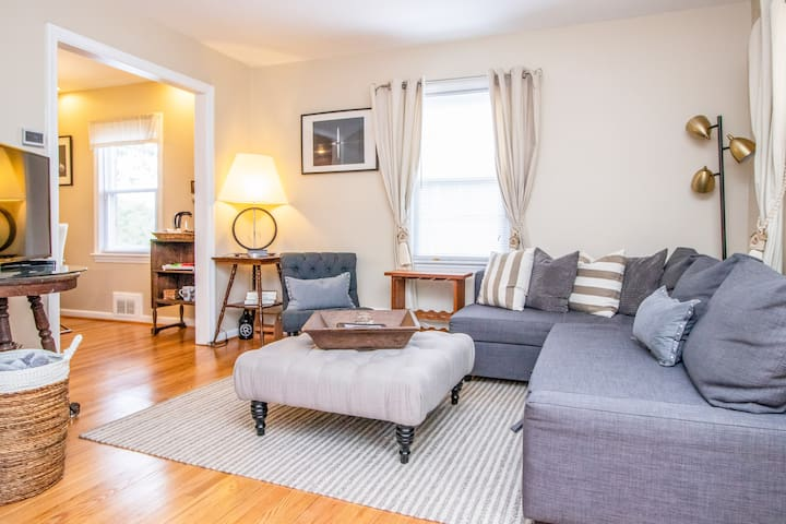 3 BR Townhouse w/ private yard near Metro