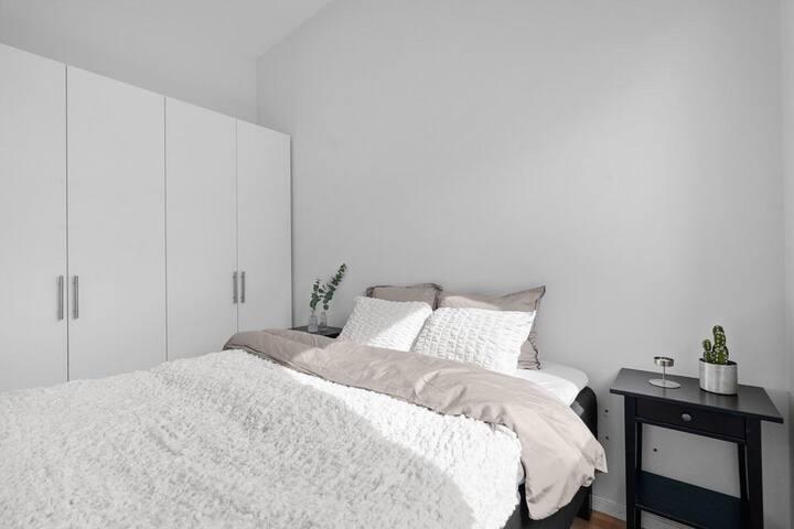 Soverommet med skyvedører inn på hver side av sengen. Eget vindu til lufting og lystett rullegardin.