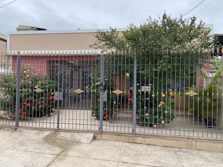 Casa 2 quartos com garagem prox. Vila Militar