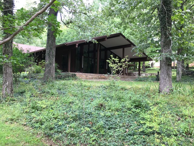 Stonebridge House-Wooded privacy in town