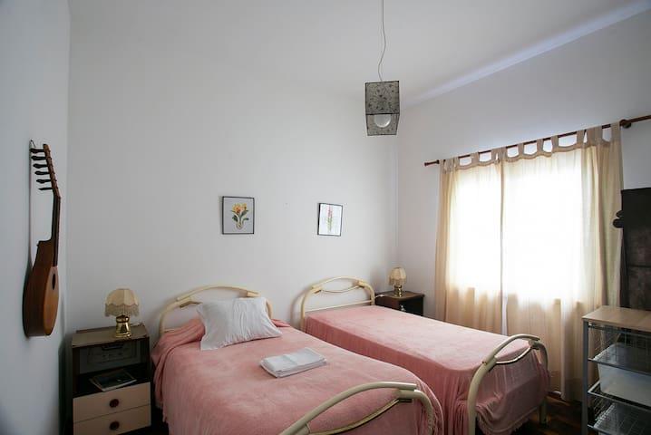 quarto com duas camas; Twin bed room