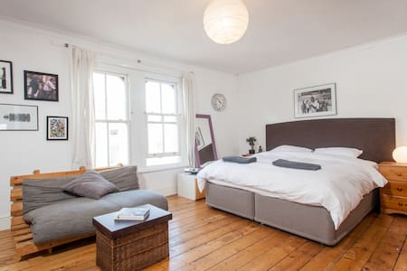 Ideal location luxury suite Hypnos Superking bed - Bristol - Huis