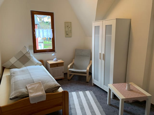 Dies ist das frisch renovierte Einzelzimmer. Bei Buchungen von nur einer Person behalten wir uns vor nur dieses, unter Devise der Umweltfreundlichkeit und Aufwandserleichterung, zur Verfügung zu stellen.