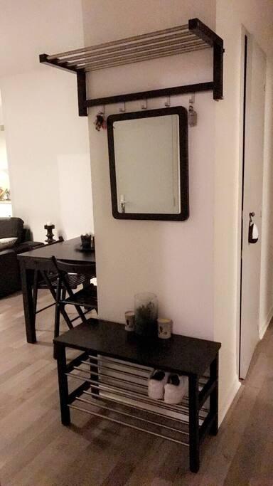 Petit meuble d'entrée pour y déposer sac, chaussures, vestes et clés. Et petit miroir pour les dernières retouches avant le départ !