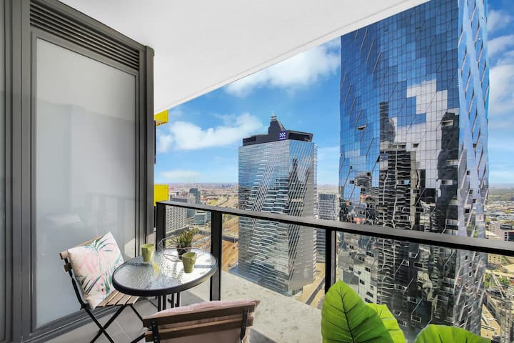 An Elegant & Chic 2BR Suite Next to Southern Cross with City Views
