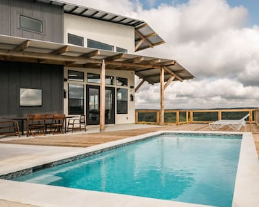 SKYHOUSE Guadalupe: Cliffside Pool Above the River