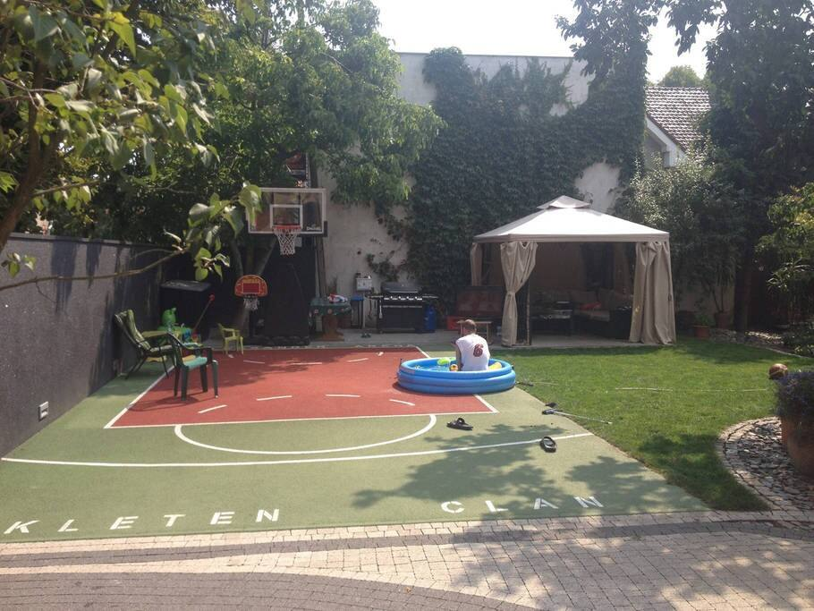Amazing house with basketball court & cinema!