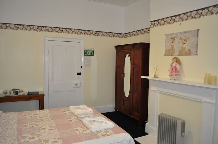 Roslyn House B&B - The Queen Room