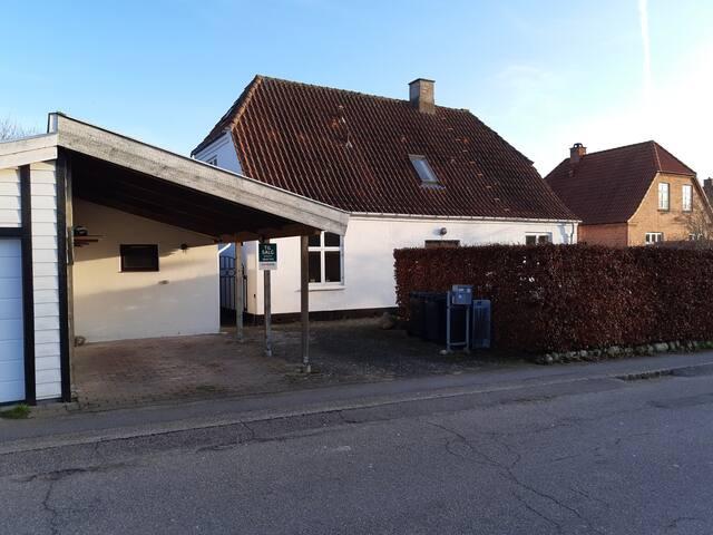 Stort hus tæt på Holbæk station.
