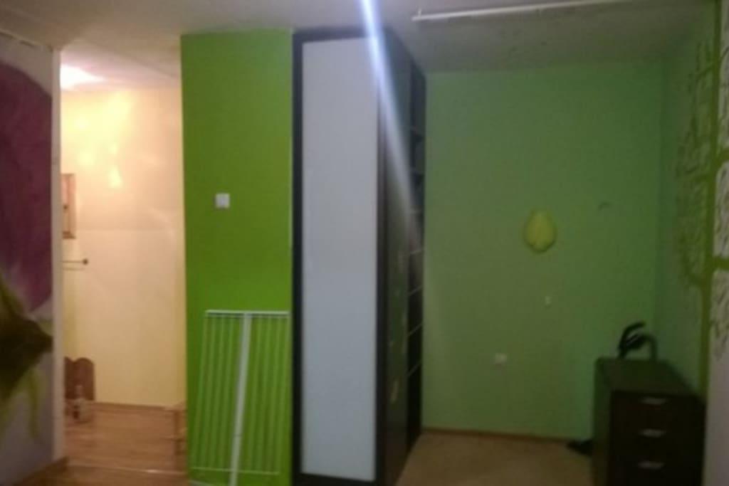 В квартире имеются встроенные шкафы с отсеками для вешалок и хранения в сложенном виде. Также имеется сушилка для одежды.