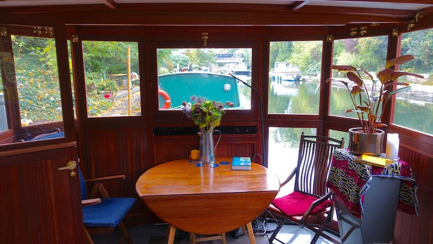 Captains Quarters on  secluded mooring Kings Cross