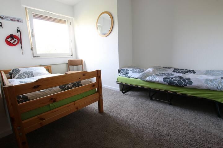 Anstelle des Gästebetts können wir auch ein Kinderbett oder einen kleinen Schreibtisch dort aufstellen. Ganz nach Wunsch.