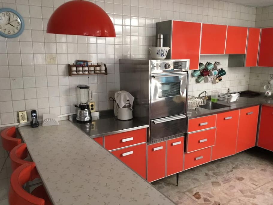 Fully equiped kitchen with breakfast bar. Cocina integral con barra.