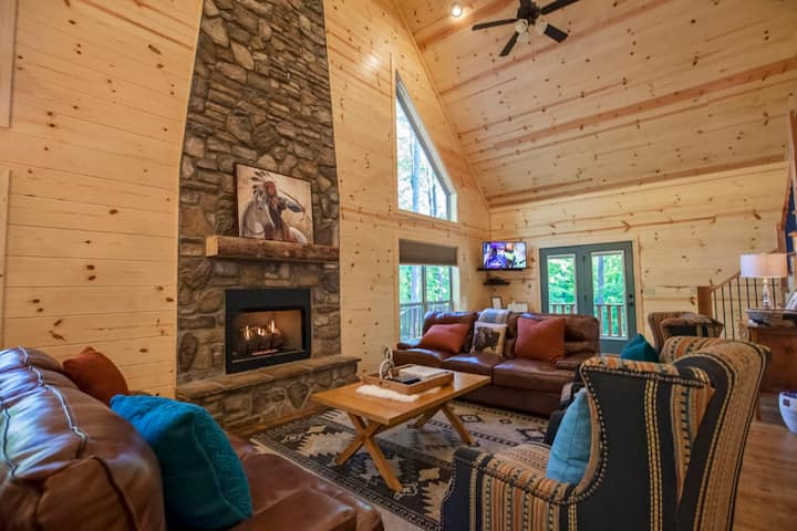 Summer Moon Lodge is surrounded by the beautiful woods in the Carson Creek area just minutes from the Broken Bow Lake. Two story–3 bedrooms–3 baths–sleeps 8–Carson Creek–Creek side–Pets allowed, fee required.