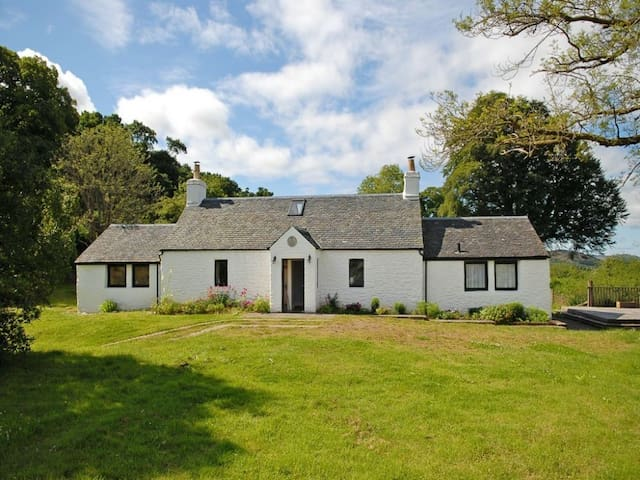 LILYBANK COTTAGE, pet friendly in Tighnabruaich, Ref 972517
