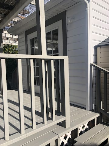 Charming Westside Cottage, walk to downtown!