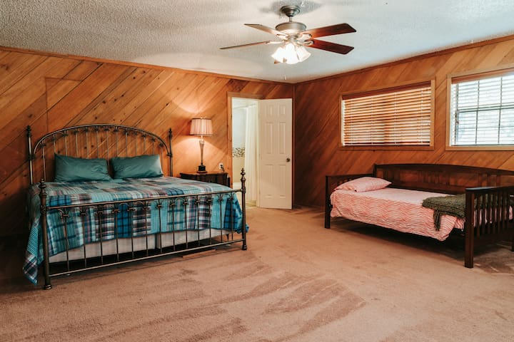 Large bedroom  king bed with day bed . Jack and Jill bathroom
