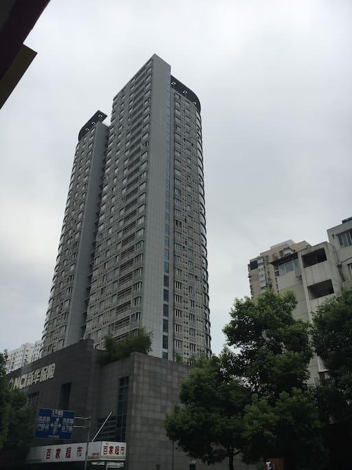 你住的是这栋建筑哦,交通便利,有地下停车场(按时记费)