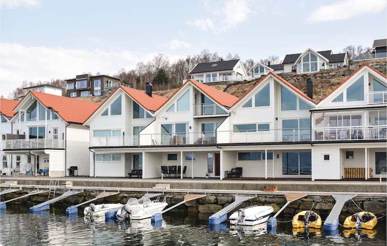Holiday apartment with 2 bedrooms on 75m² in Vikebygd
