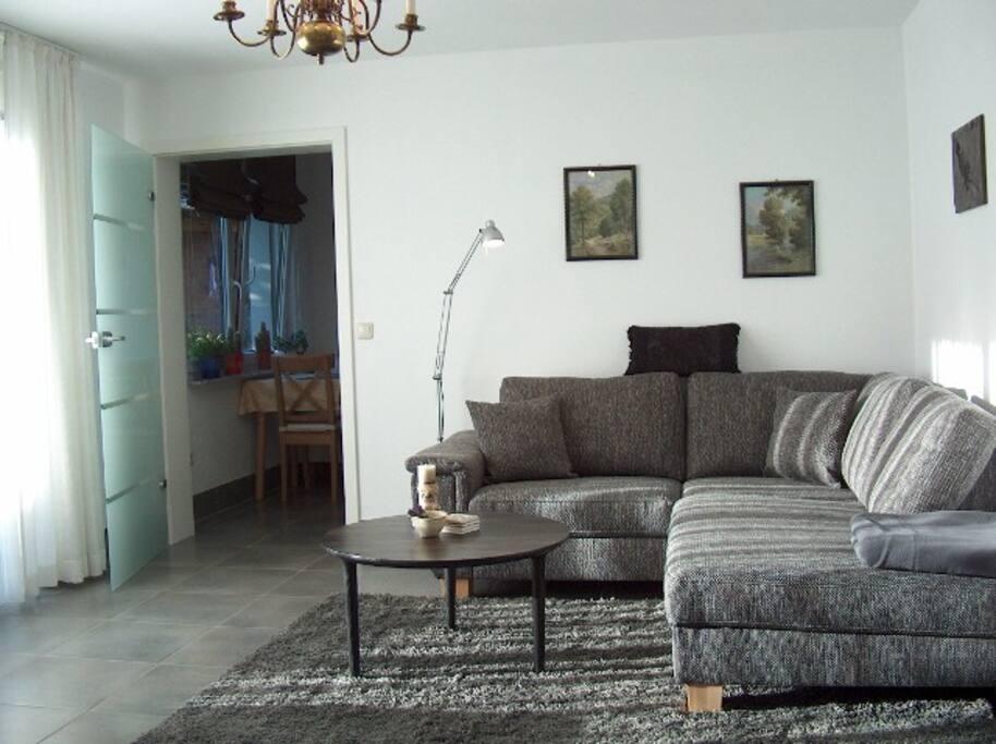 Großes helles Wohnzimmer mit großem Liegesofa