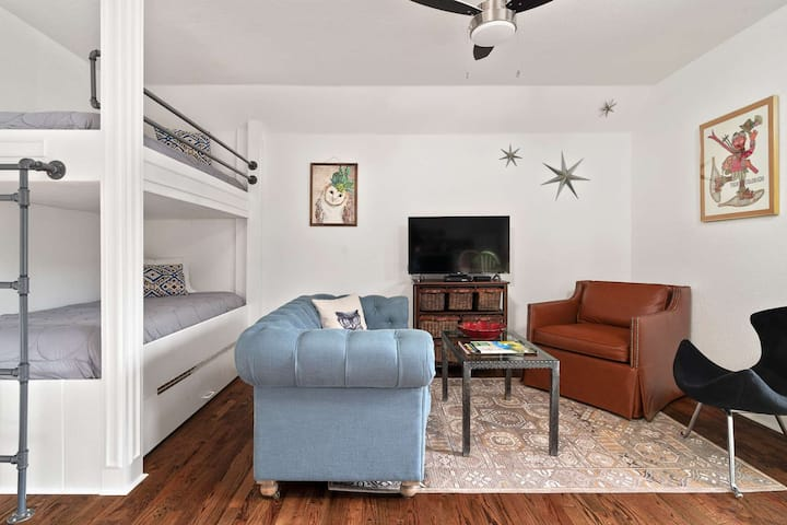 "Easy walk to Miner St! Classic, Cozy & Chic; Free St Parking; 28mins to Loveland Ski - ""Owl's Nest"""