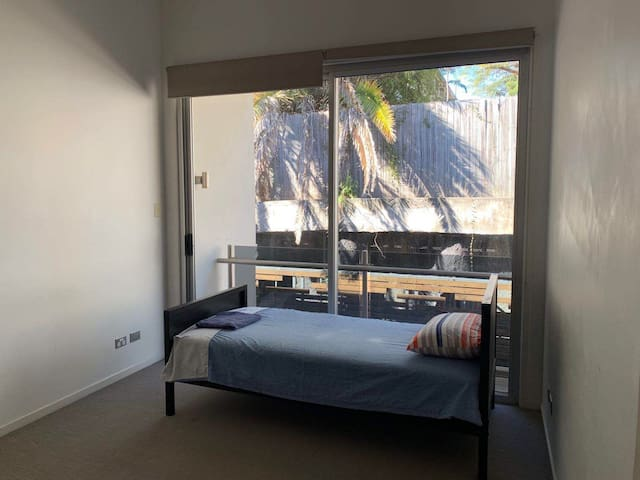 Single bedroom in quiet university campus near CBD