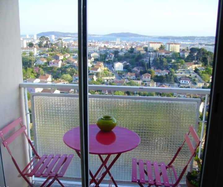 Apartment with one bedroom in Toulon, with wonderful sea view, furnished balcony and WiFi - 3 km from the beach