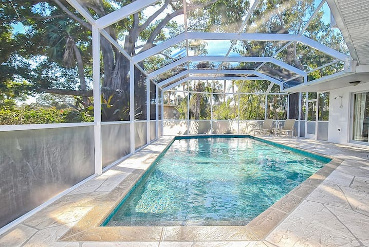 Huge 4BR/4BA w/ Screened Pool - Walk to Lido Beach
