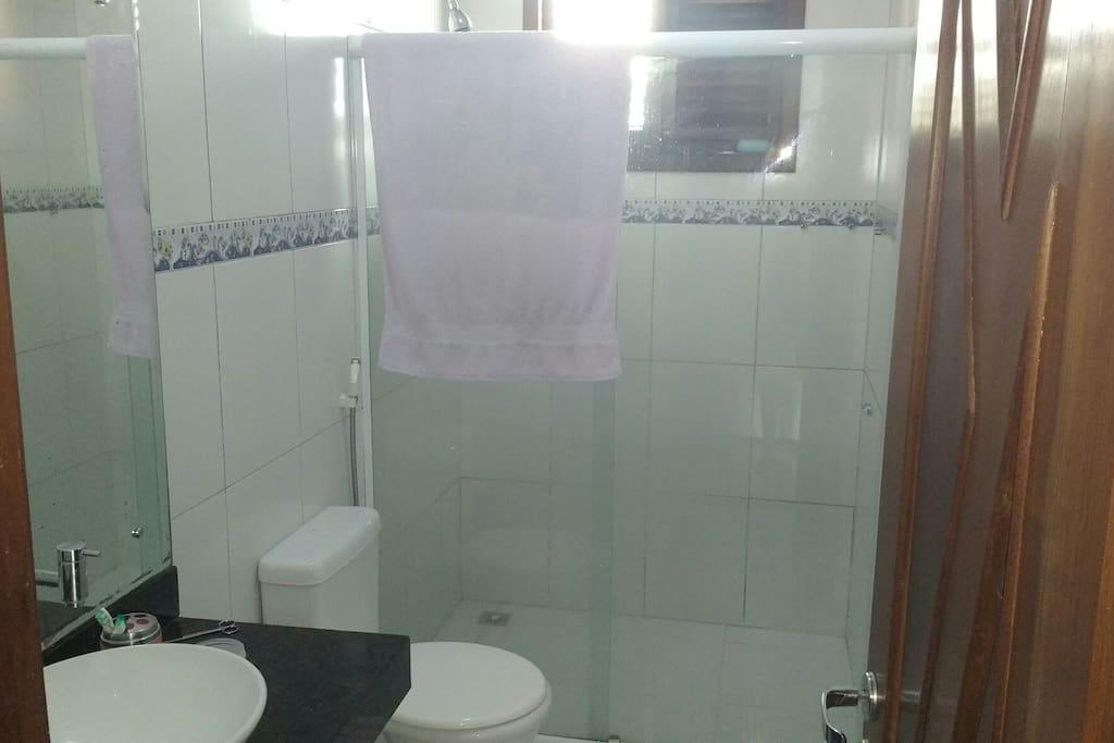 Banheiro dá suíte.