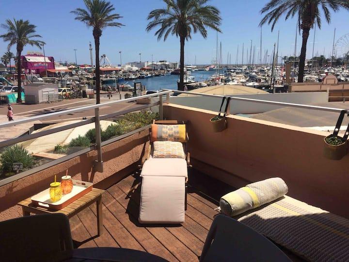 Beau studio avec grande terrasse face au port.