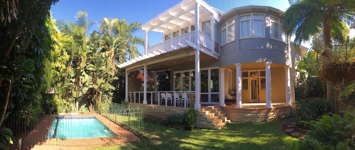 Beautiful large home in prime Durban near beaches - Дурбан - Дом