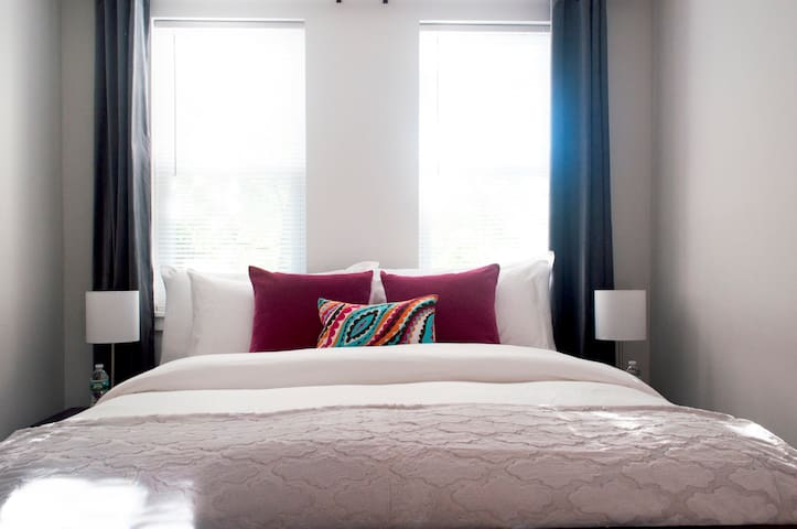 Queen size bed, clean white linens & fresh pillows. A+ cleanliness rating.
