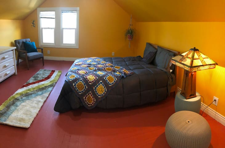 Bright & lively dwelling in central SE Portland