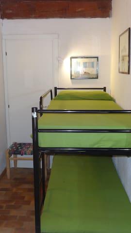 La stanzetta con 2 letti a castello: alla stanzetta si accede sia dal corridoio, sia dalla stanza matrimoniale (vedi mappa della casa ultima foto)