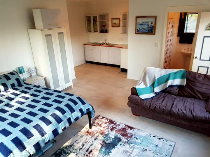 Clean, comfortable + walk to the beach & parks