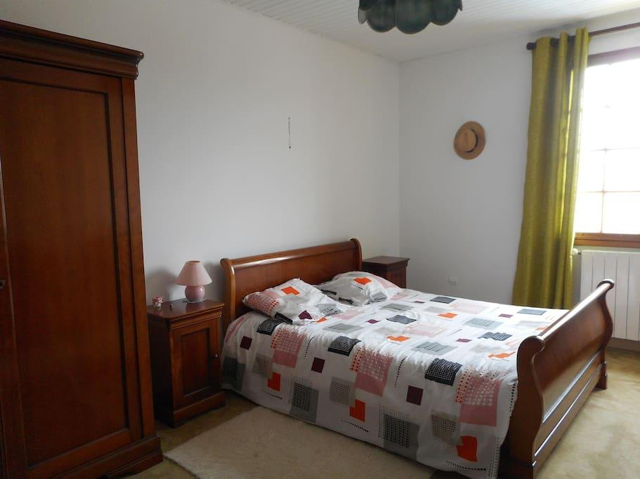 Grande chambre, lit 140, armoire et commode de rangement.