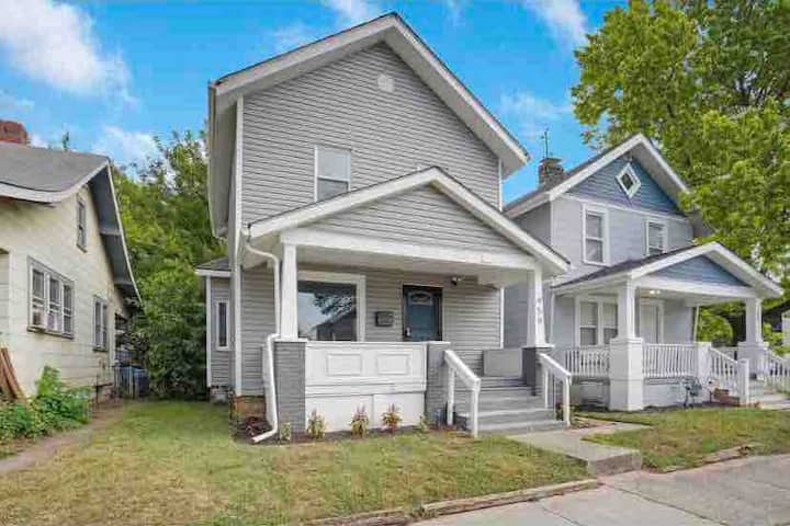 Entire Home - Comfy & Clean Getaway Near Downtown