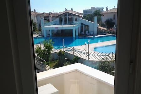Villa mit Pool direkt am Meer - Güre - Talo