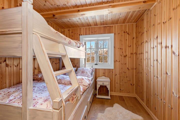 Soverom med familie-køyeseng med 3 soveplasser. Rommet har garderobeskap.