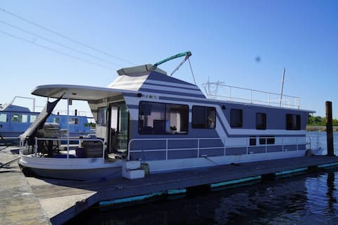 Romantic Boat with Sauna, Fireplace and best Views