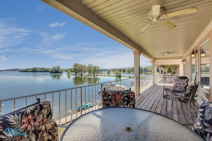 AMAZING CONDO on the WATER! Lake and pool access!