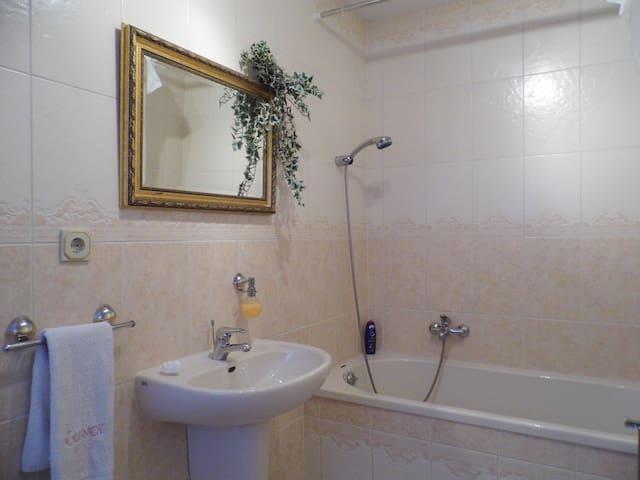 Privatzimmer Bad Flur und Freisitz in ruhige Lage - Fulda - Apartment