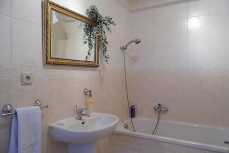 Privatzimmer Bad Flur und Freisitz in ruhige Lage - Fulda - Appartement