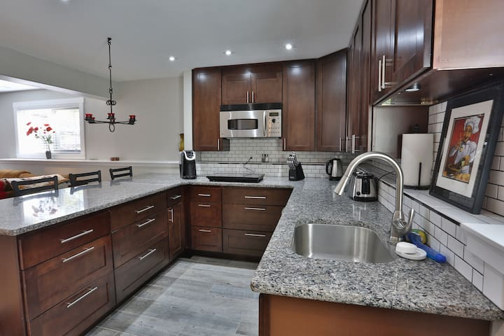 Beautiful Resort Living in the Heart of Town! - Colorado Springs - Apartment