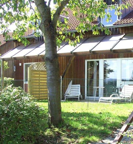 Ferienhäuser Schlossberg (Zandt), Ferienhaus Standard mit Kaminofen und Terrasse