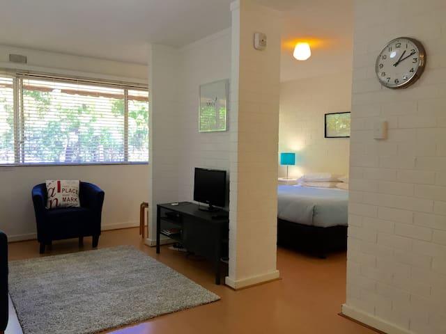 R26 Stylish budget near UWA & SCGH - Shenton Park - Apartemen