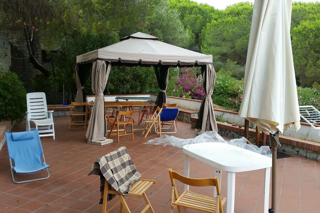 terrazzo di pertinenza attrezzato con gazebo ombrellone e barbecue