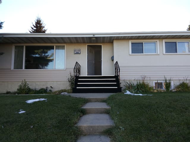 Comfortable stay in the Center of Edmonton