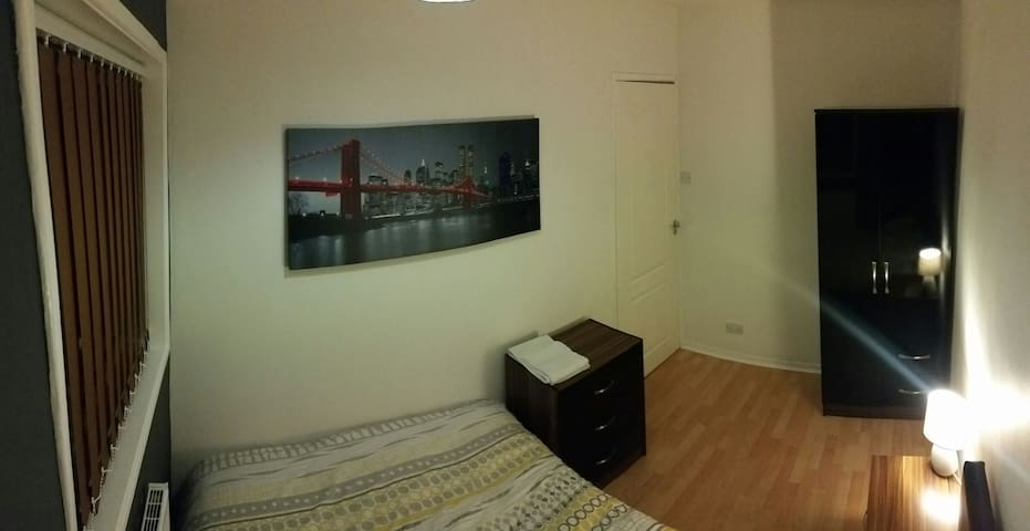 DOUBLE bed with free parking! Comes with Netflix! - Salford - House